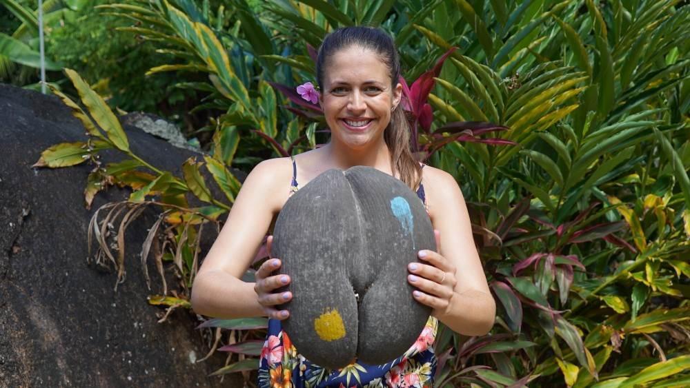 Ashley drži simbol Sejšela- coco de mer