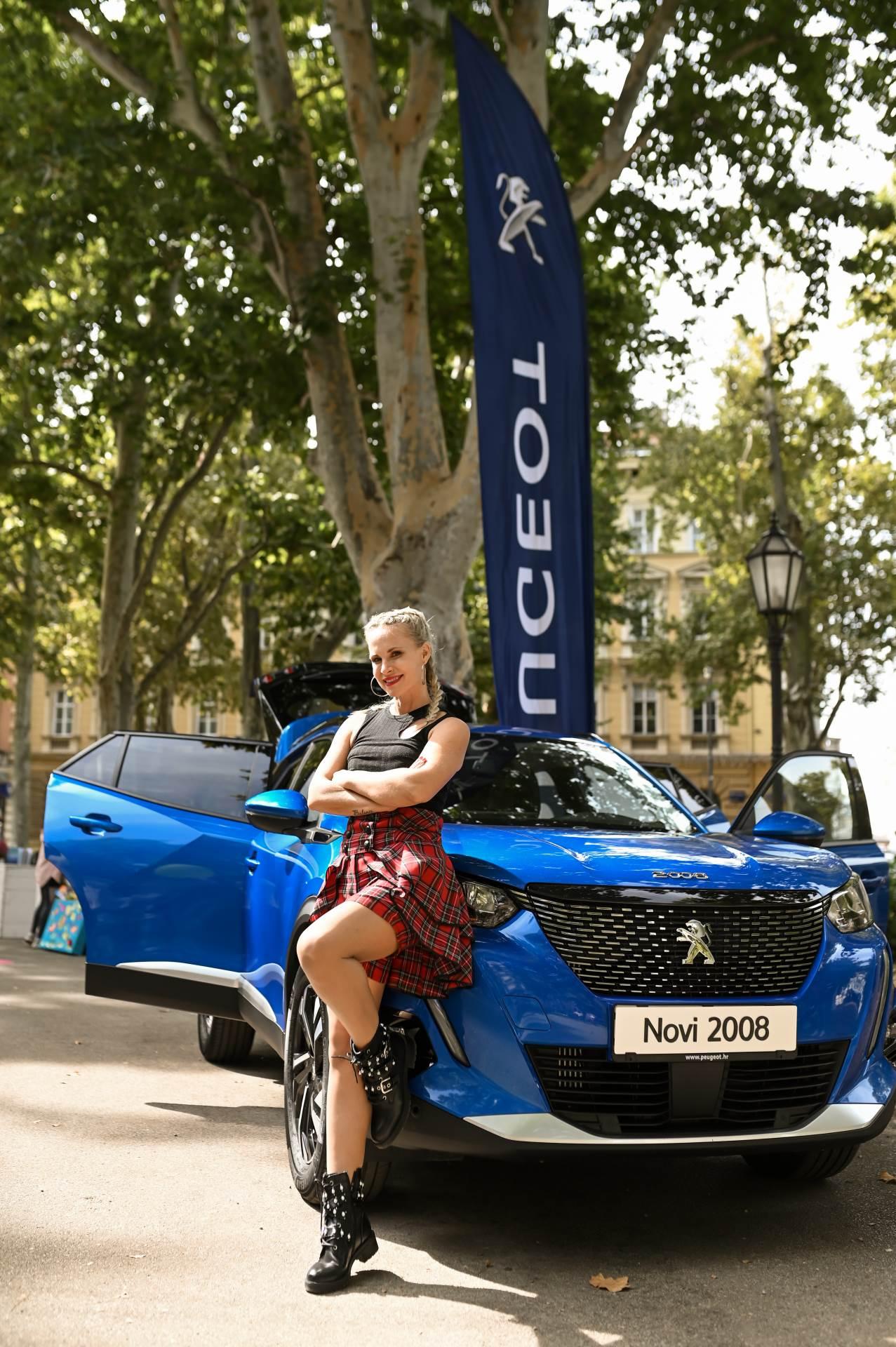 """Voditeljica programa Emina pršić rado je pozirala uz ovog """"ljepotana"""" – automobil SUV Peugeot 2008"""