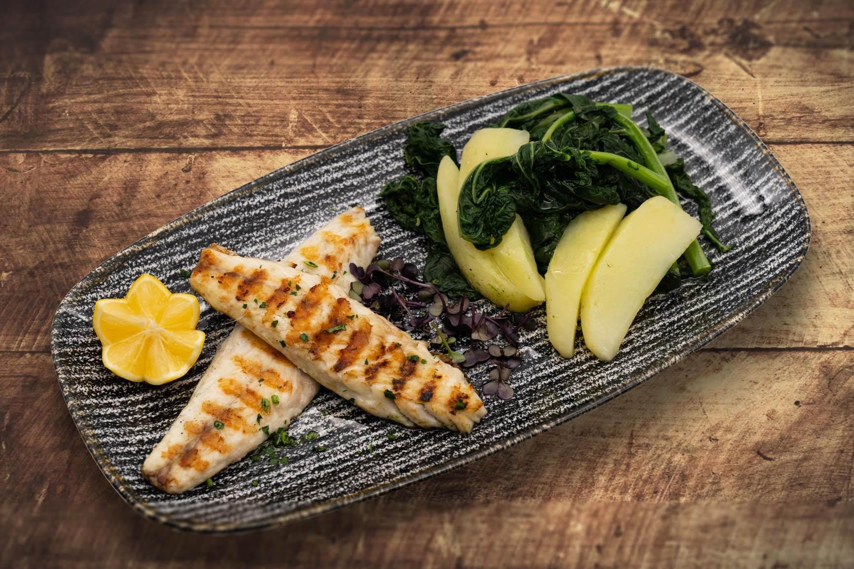 Riba sa žara s kuhanom raštikom i krumpirom