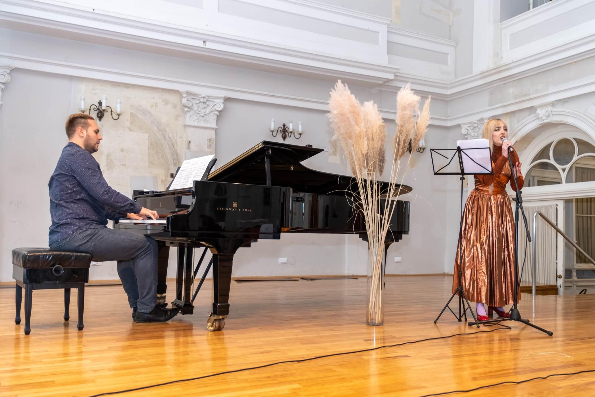 Elle Boutique uveličali su svojim nastupom vokalistica Dora Dora i Tomislav Parmać na klaviru