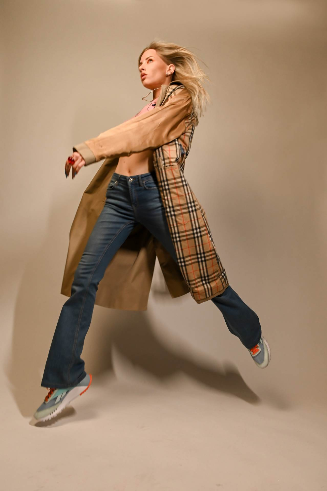 Reebok tenisice Classic Leather Legacy Marcela nosi uz Vintage Baby Phat mini pulover, Lowcost Luxe Vintage Burberry baloner, Dee vintage stare hlače iz Zare i prsten Reto centar