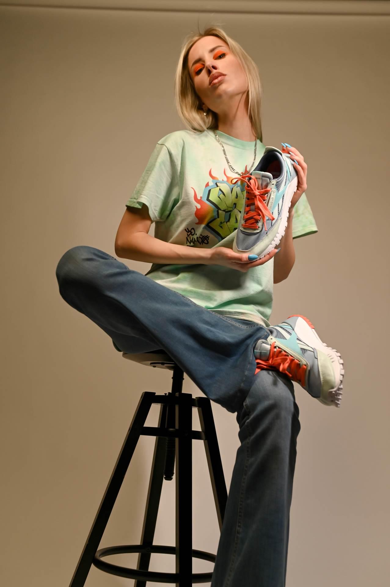 Reebok tenisice Classic Leather Legacy Marcela nosi uz ručno oslikanu majicu Wavey Garms i stare hlače iz Zare