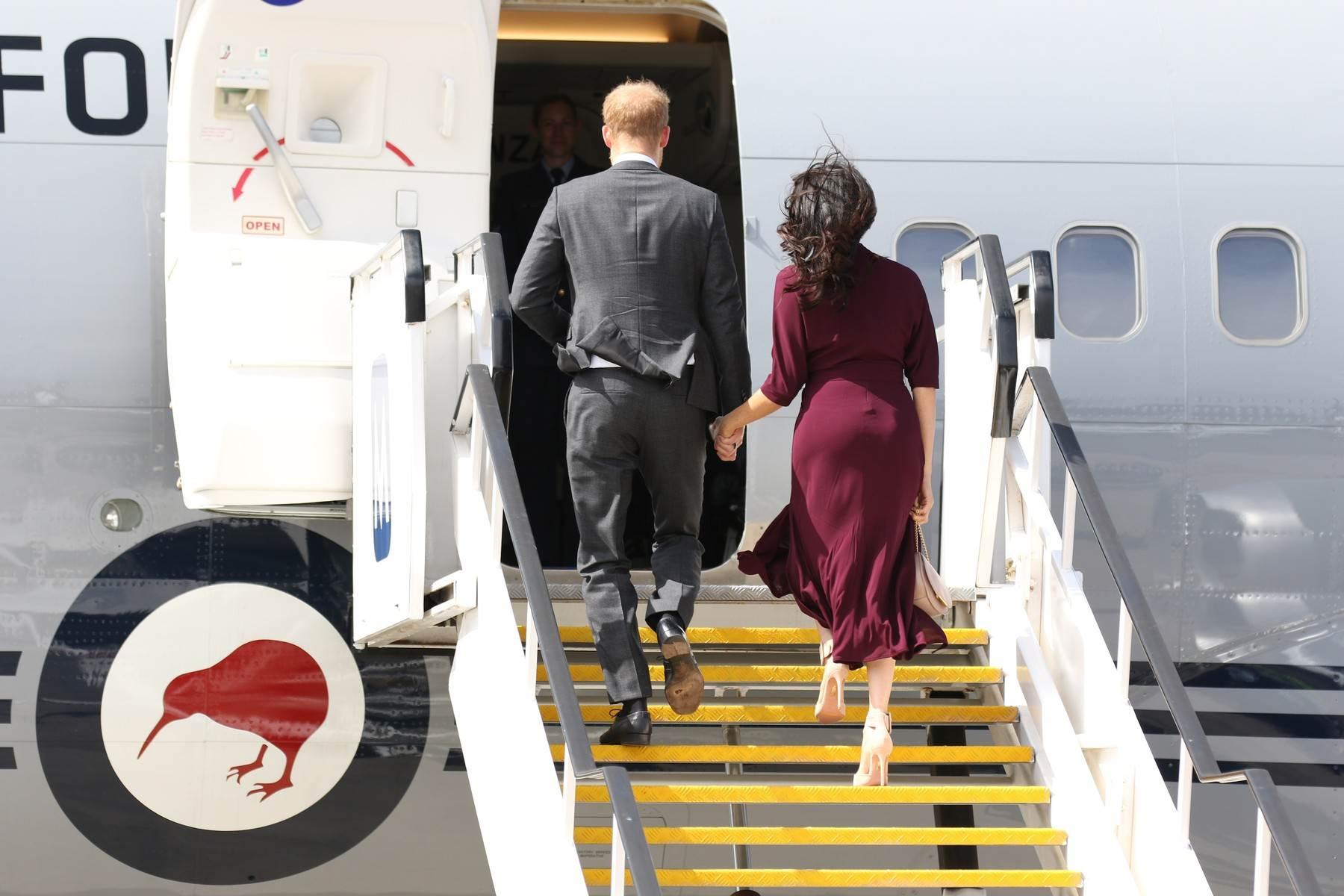 Supružnici se ukrcavaju u zrakoplov i kreću za Novi Zeland