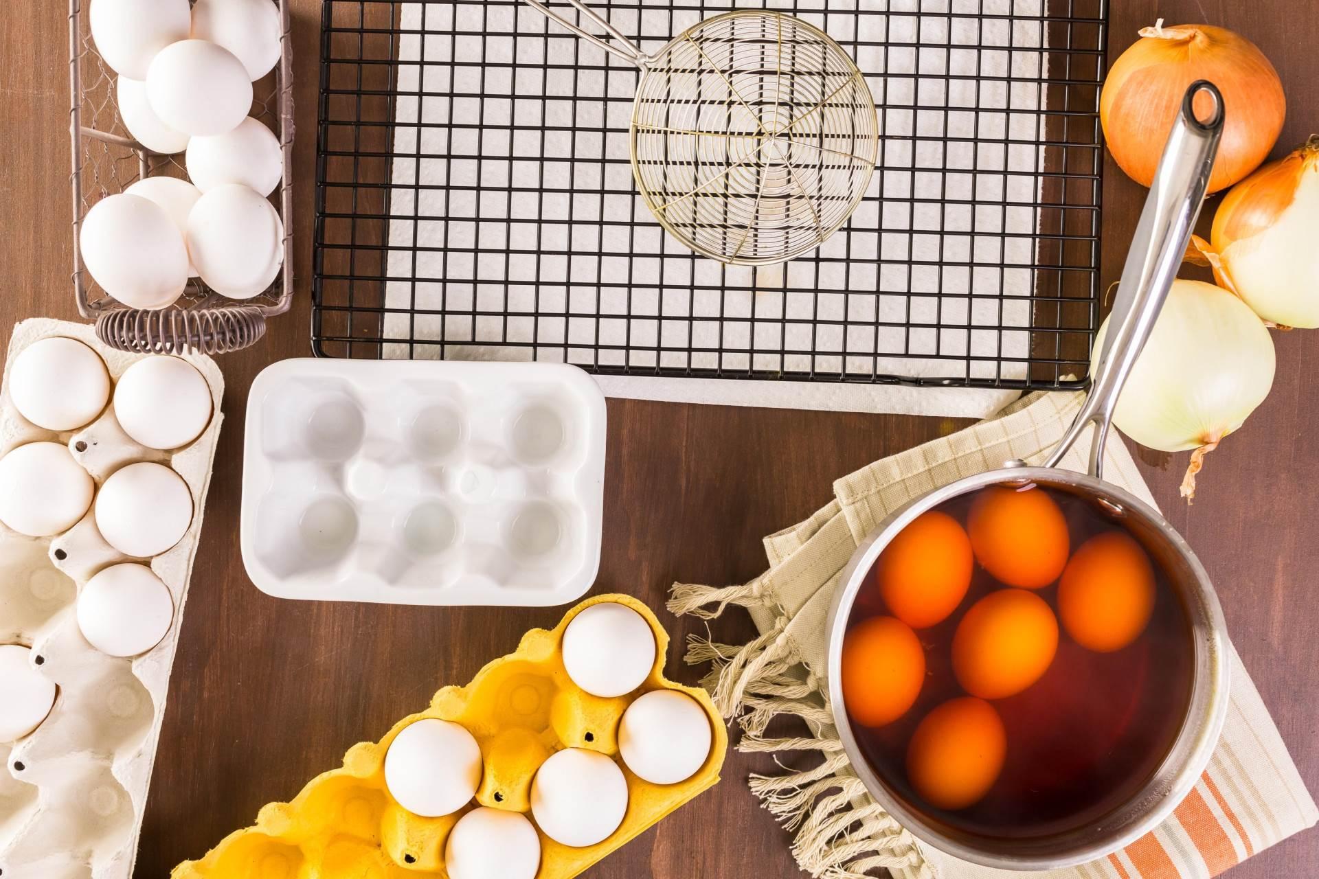 Ljuske crvenog luka jajima daju crvenkasto-smeđu boju