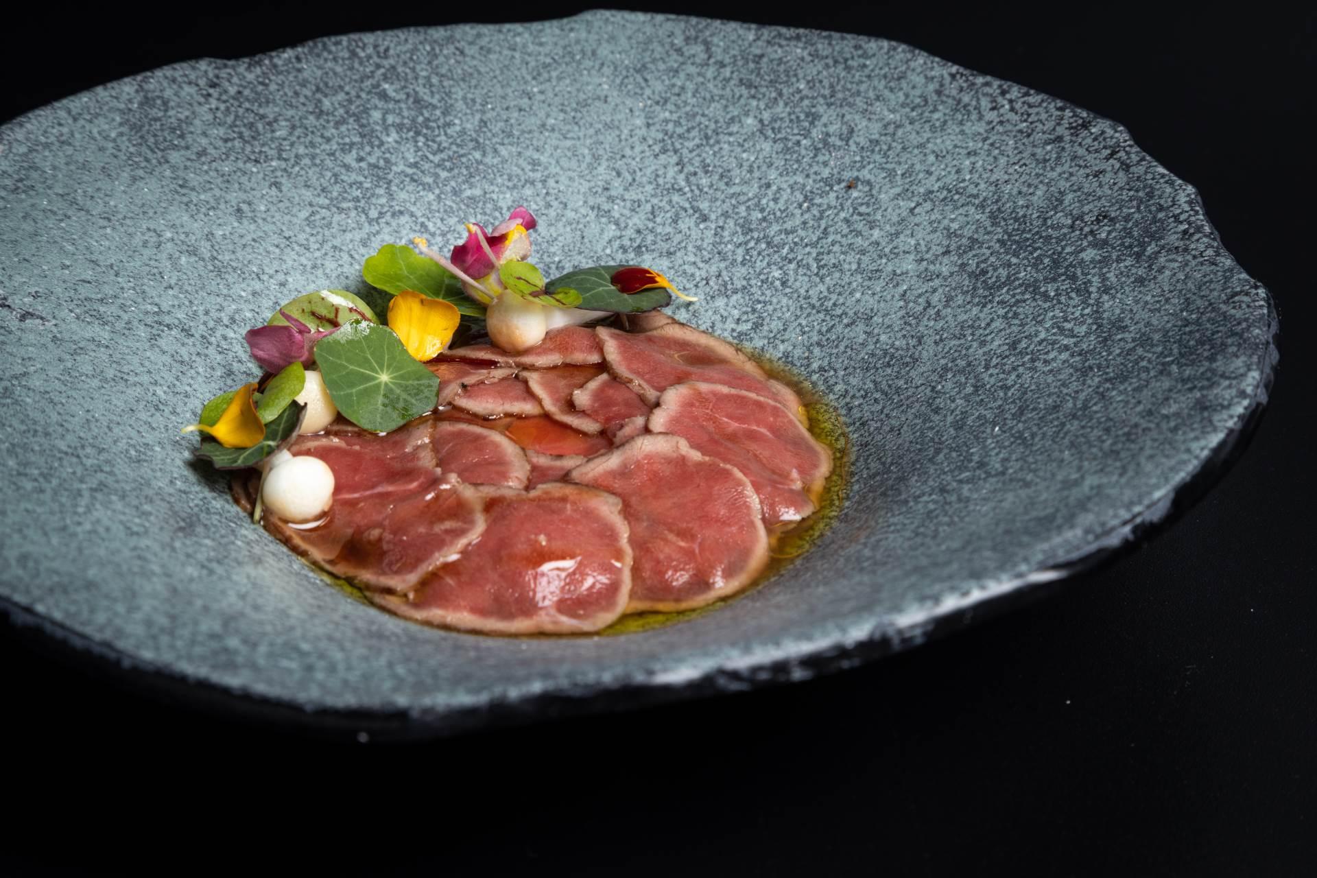 Opisujući Faelt, chef je istaknuo kako je to njemački restoran s nordijskim utjecajem te je uglavnom vegeterijanski