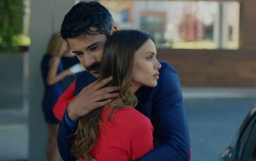 Turski glumac slomljen nakon majčine smrti | STORYHR